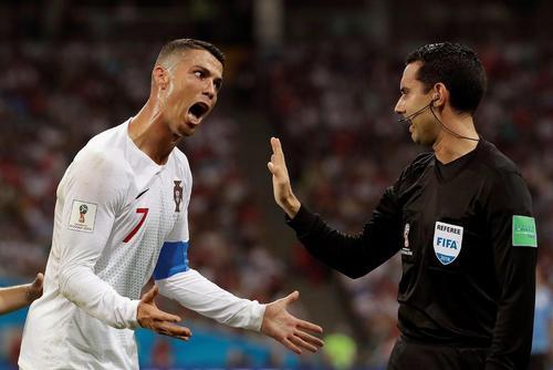 اعتراض کریس رونالدو به داور بازی پرتغال با اروگوئه