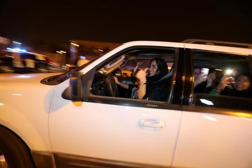 شادی یک زن راننده در شهر الخبر عربستان سعودی / رویترز