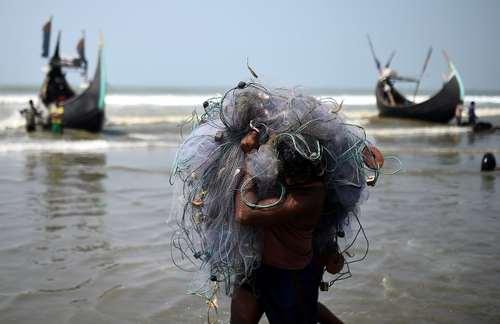 ماهیگیری در ساحل بنگلادش / رویترز