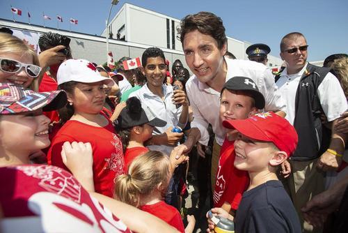 نخست وزیر کانادا در جمع گروهی از کودکان و نوجوانان در جشن روز ملی کانادا در شهر لیمینگتون ایالت اونتاریو/ عکس: کانادین پرس