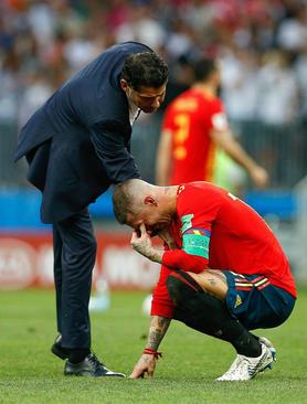 سرمربی تیم ملی فوتبال اسپانیا در حال دلداری دادن
