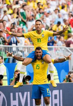 شادمانی بازیکنان تیم ملی فوتبال برزیل از زدن نخستین گل به مکزیک در بازیهای جام جهانی 2018 روسیه