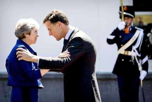 استقبال نخست وزیر هلند از همتای بریتانیایی خود در شهر لاهه