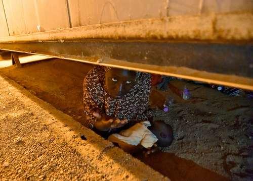 مخفی شدن یک زن پناهجوی نیجری برای پنهان ماندن از دید ماموران مرزبانی الجزایر/ خبرگزاری فرانسه