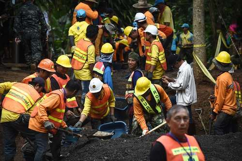 ادامه عملیات امداد و نجات ارتش تایلند برای بیرون آوردن اعضای نوجوان یک تیم فوتبال  از یک غار در شمال تایلند