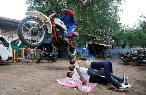 نمایش خیابانی در جریان یک جشنواره آیینی هندوها در شهر احمد آباد هند/ رویترز