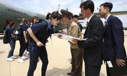 استقبال از اعضای تیم ملی بسکتبال زنان کره جنوبی در فرودگاه شهر پیونگ یانگ کره شمالی  تیم ورزشی کره شمالی به وسیله هواپیمای نظامی به کره شمالی سفر کرده است/ آسوشیتدپرس