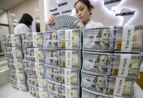 شمارش وکنترل ذخائر دلاری در شعبه مرکزی هانا بانک کره جنوبی در سئول. دولت کره جنوبی دیروز اعلام کرد ذخائر ارزی این کشور به بیش از 400 میلیارد دلار رسیده است./عکس: یونهاپ