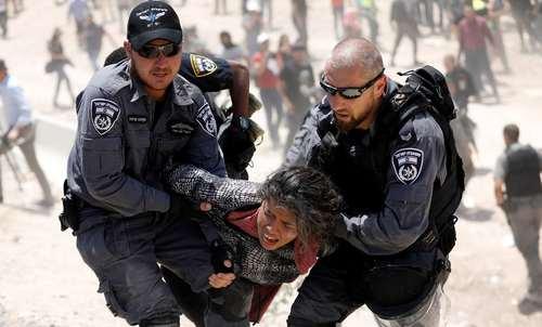 دستگیری یک دختر معترض فلسطینی از سوی نیروهای اسراییلی در روستایی در کرانه غربی رود اردن/ رویترز