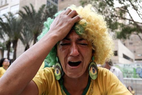 گریه فوتبال دوستان برزیلی از حذف تیم ملی فوتبال برزیل از رقابت های جام جهانی 2018 روسیه- سائوپائولو
