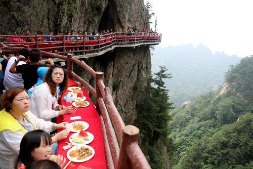 گردشگران در حال صرف ناهار در کوه لائوجون در چین