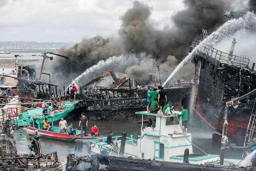 آتش گرفتن یک کشتی ماهیگیری در ساحل