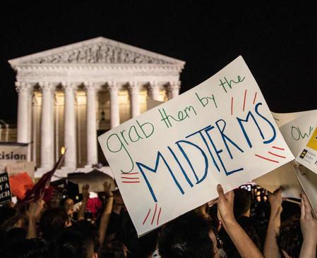تظاهرات در مقابل ساختمان دیوان عالی آمریکا در اعتراض به انتصاب یک قاضی محافظهکار از سوی ترامپ برای عضویت در دیوان عالی آمریکا / واشنگتن