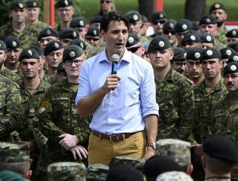 بازدید نخست وزیر کانادا از نیروهای کانادایی در پایگاهی نظامی در کشور لتونی