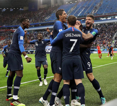 شادمانی بازیکنان تیم ملی فوتبال فرانسه از زدن تک گل برتری این تیم در بازی مقابل با بلژیک در مرحله نیمه نهایی جام جهانی 2018 روسیه