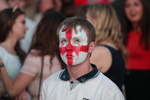 ناراحتی یک طرفدار فوتبال از حذف تیم فوتبال انگلیس از حضور در بازی فینال جام جهانی 2018 روسیه/ منچستر