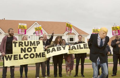 تظاهرات یک گروه مخالف نژاد پرستی در اسکاتلند در آستانه سفر دونالد ترامپ به این منطقه