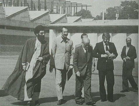 از راست: دکتر مصطفی چمران، عباس امیر انتظام، مهندس مهدی بازرگان، داریوش فروهر، آیتالله خامنهای در سال 58
