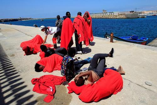 نجات 62 پناهجوی آفریقایی از سوی صلیب سرخ اسپانیا در سواحل جنوبی اسپانیا