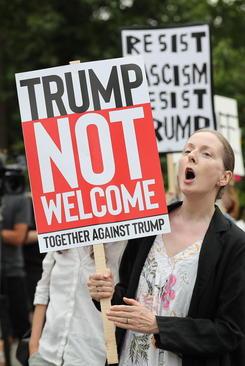 تظاهرات گسترده در لندن علیه سفر ترامپ به بریتانیا. گروهی از  معترضان در مقابل سفارت ایالات متحده آمریکا در لندن گردهم آمدند.
