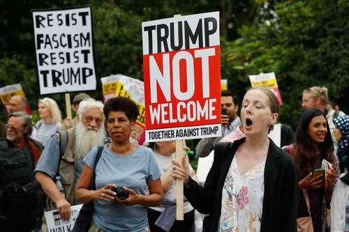 تظاهرات در مقابل اقامتگاه سفیر آمریکا در لندن- محل اقامت شبانه ترامپ در لندن/ خبرگزاری فرانسه