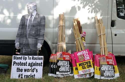 پوسترها و پلاکاردهای معترضان در مقابل کاخ بلنهایم