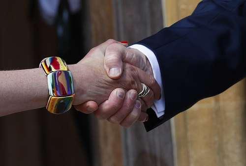 دست دادن ترامپ با