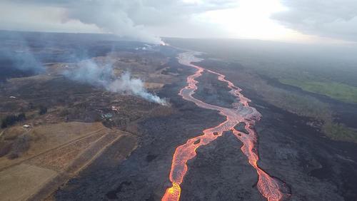 به راه افتادن جوی مواد مذاب آتشفشانی در هاوایی آمریکا