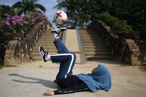 تمرین با توپ در پارکی در کوالالامپور مالزی /خبرگزاری فرانسه