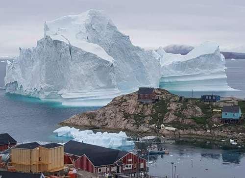 عبور یک کوه یخ شناور از کنار جزیرهای در گرینلند/ رویترز