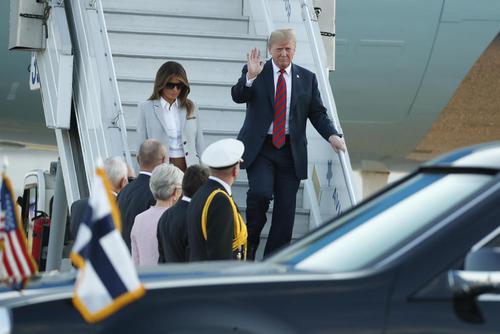 ورود هواپیمای حامل ترامپ و همسرش به فرودگاه شهر هلسینکی. ترامپ قرار است با پوتین در این شهر دیدار کند.