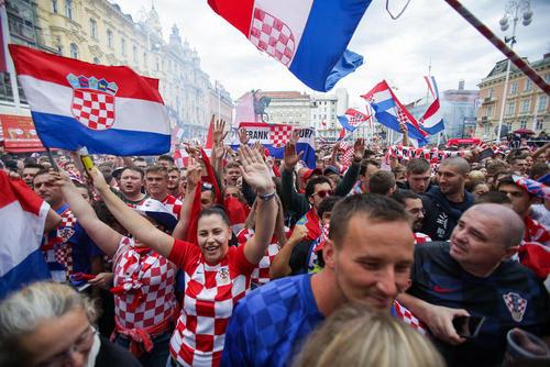 تماشای دستهجمعی بازی فینال جام جهانی فوتبال از سوی فوتبال دوستان کروات در میدان مرکزی شهر زاگرب
