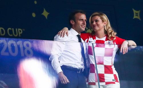 روسای جمهوری کرواسی و فرانسه در کنار هم و در حال تماشای بازی تیم های ملی کشورشان در فینال جام جهانی 2018 / استادیوم لوژنیکی مسکو