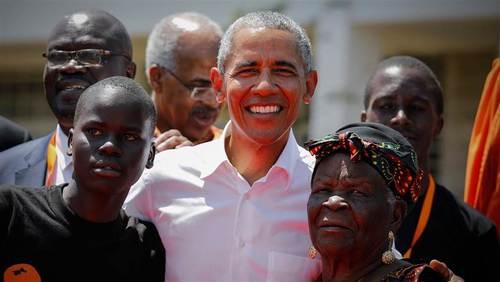 اوباما در جمع فامیل در روستای زادگاه پدری- آسوشیتدپرس