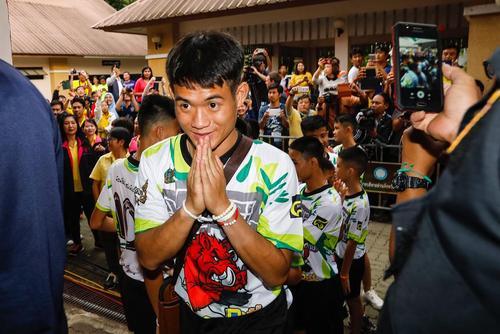 نخستین نشست خبری فوتبالیستهای نوجوان نجات داده شده از غار در تایلند / شینهوا