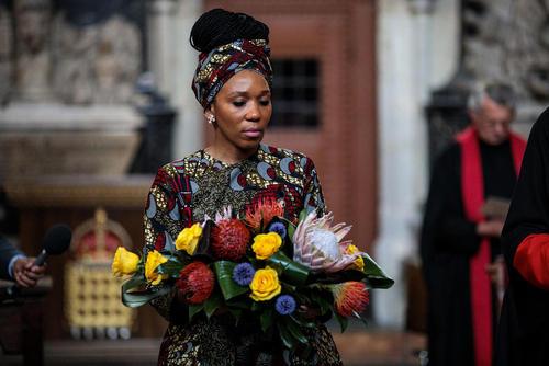 دختر نلسون ماندلا رهبر فقید جنبش ضد آپارتاید آفریقای جنوبی در مراسم یکصدمین سالگرد تولد پدرش در کلیسای جامع وستمینستر در لندن
