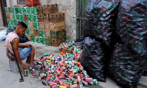 جمعآوری قوطیهای بازیافتی / هاوانا کوبا/ خبرگزاری فرانسه