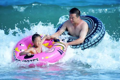 پدرو فرزند در تفریحات تابستانی در شهر گیندائو چین