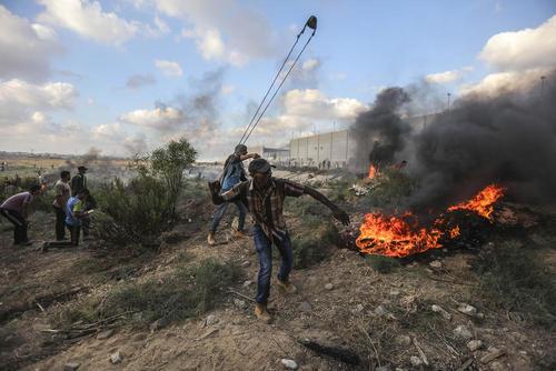 تظاهرات هفتگی ضد اسراییلی جوانان فلسطینی در مرز باریکه غزه و اسراییل/ خبرگزاری آلمان