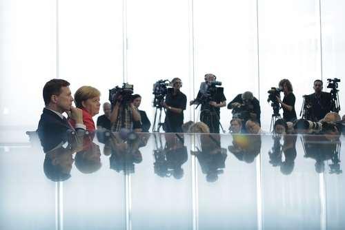صدراعظم آلمان و سخنگوی او در نشست خبری سالانه در برلین / آسوشیتدپرس