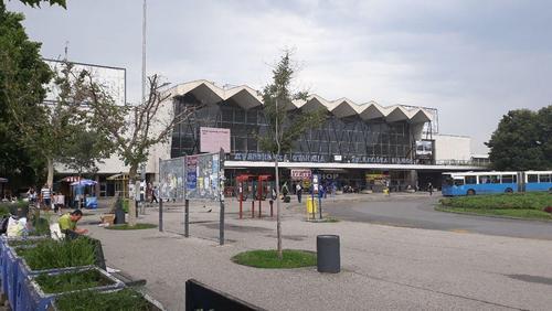 ایستگاه راه آهن شهر نووی ساد - شمال صربستان - فاصله شهر توریستی نووی ساد با بلگراد با استفاده از اتوبوس 1.5 ساعت و با قطار 2 ساعت است.