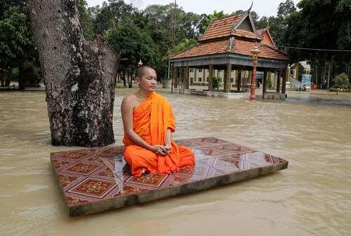 یک راهب بودایی در سیلاب شهر پنومپن کامبوج