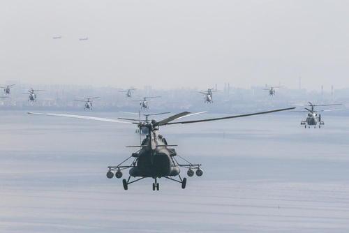 تمرین هلیکوپترهای نیروی دریایی روسیه در آستانه مانور بزرگ به مناسبت روز نیروی دریایی روسیه در رودخانه