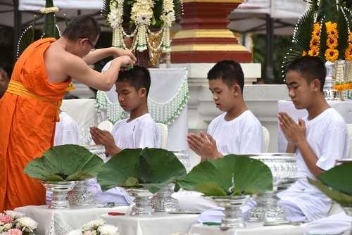 تراشیدن موی فوتبالیست های نوجوان نجات یافته از غار  در معبدی در تایلند/ خبرگزاری فرانسه