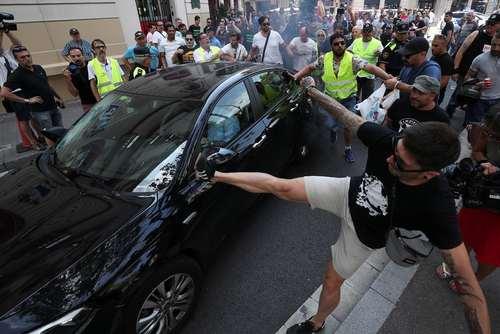 حمله رانندگان تاکسی به یک خودروی مسافربر