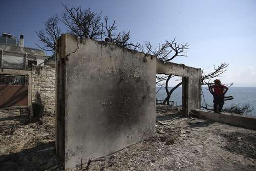 بقایای آتش سوزی در حومه شهر آتن یونان / آسوشیتدپرس
