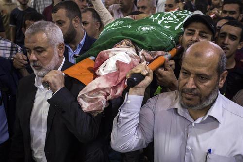 حضور اسماعیل هنیه در مراسم تشییع پیکر یک نظامی حماس در غزه