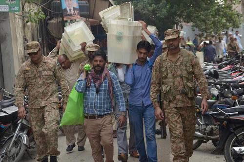 جابجایی صندوقهای آرای انتخابات سراسری پاکستان در شهر لاهور