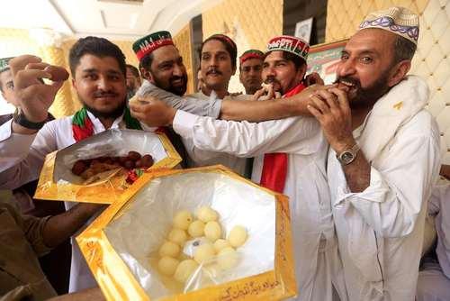 شادمانی هواداران حزب تحریک انصاف پاکستان از نتایج اولیه انتخابات سراسری در این کشور/ پیشاور
