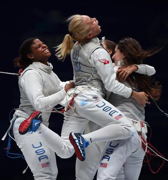 شادمانی اعضای تیم شمشیربازی زنان آمریکا از پیروزی بر تیم ایتالیا در مسابقات جهانی شمشیربازی در چین / شینهوا
